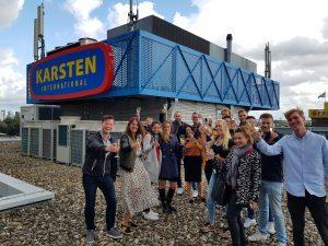 Team viert opening van het nieuwe reclamebord op het dak van Karsten International